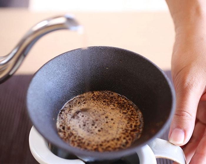 カフェハットの中のコーヒー豆からふわっと泡がたっている