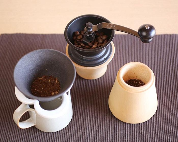 コーヒー豆の入ったミルやフィルターなどのコーヒー道具