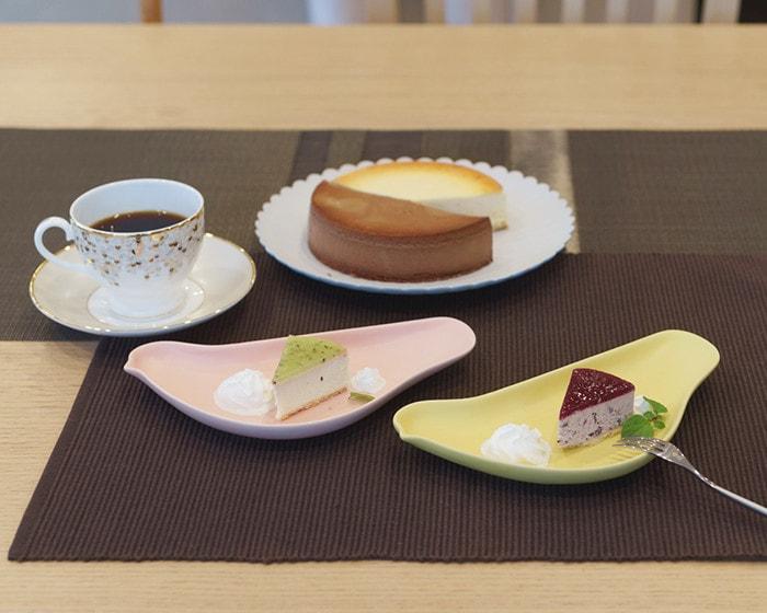 チーズケーキをのせたパレスプレートとTORIZARA、コーヒーの入ったSPANGLESでかわいいホームパーティー