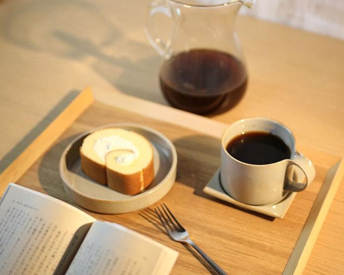 セラミックジャパンのモデラートシリーズの食器にのせたロールケーキとコーヒーでゆったり読書タイム