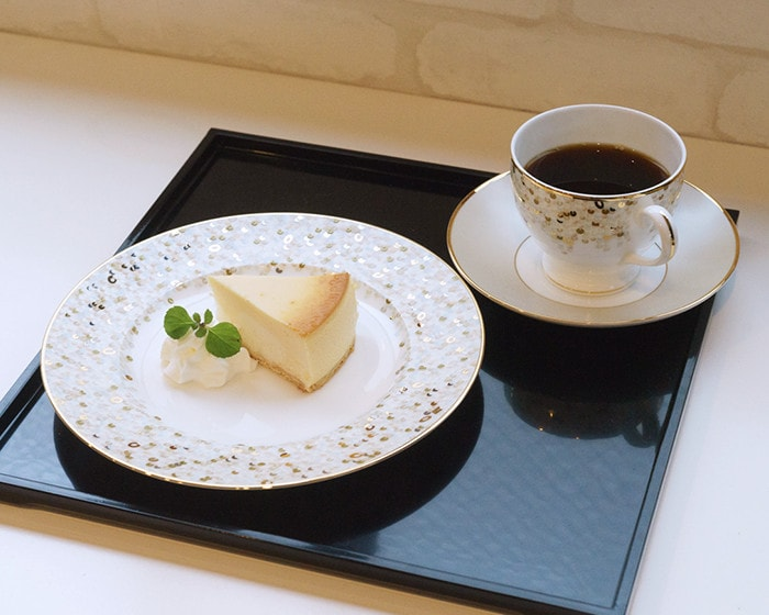 SPANGLES tableware on a black serving tray Oshiki