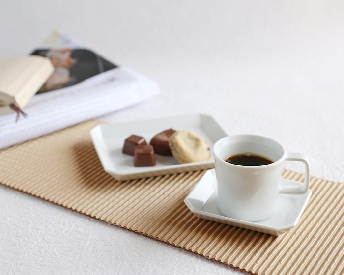 1616/arita japanの食器に入ったコーヒーやおやつ