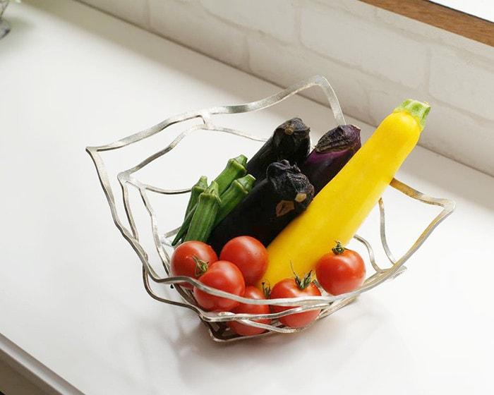 KAGOにバスケットの形にして野菜を入れている