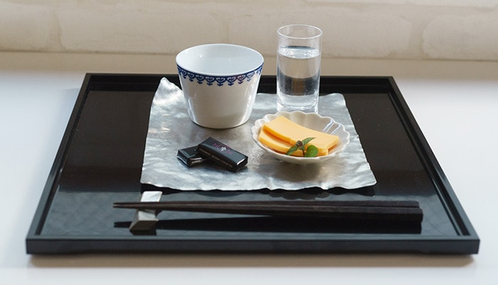 Make a Kaiseki plate with black tray and suzugami