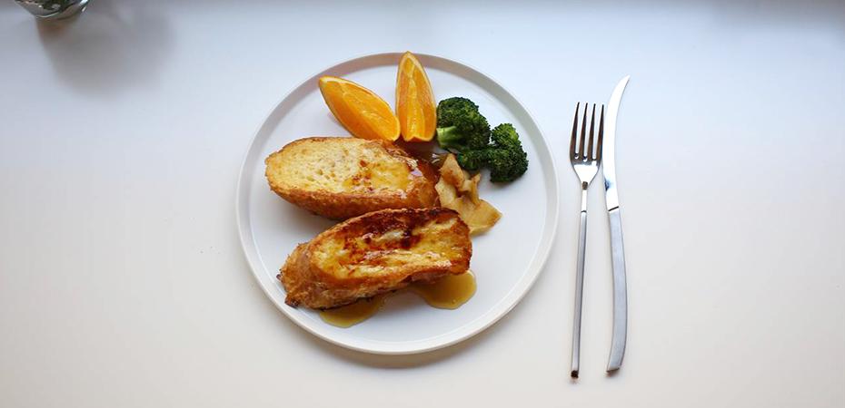 ラウンドプレートにフレンチトーストと野菜を盛り付けた食卓