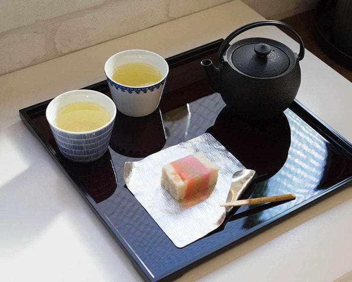 和菓子とお茶がお盆に載っている