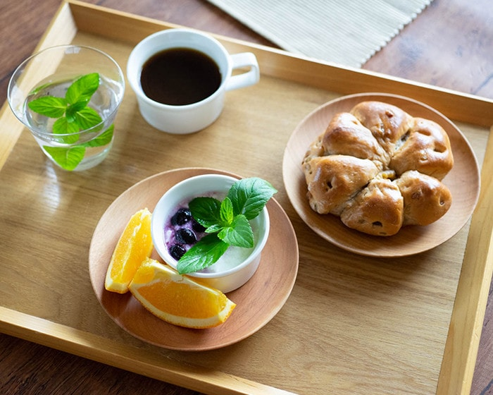 山桜ノ木皿のトリザラにデザートやパンが乗っている