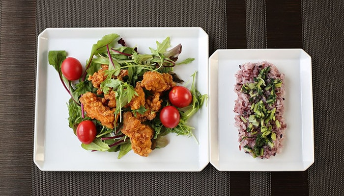 Fried chicken with salad and rice on Square plates