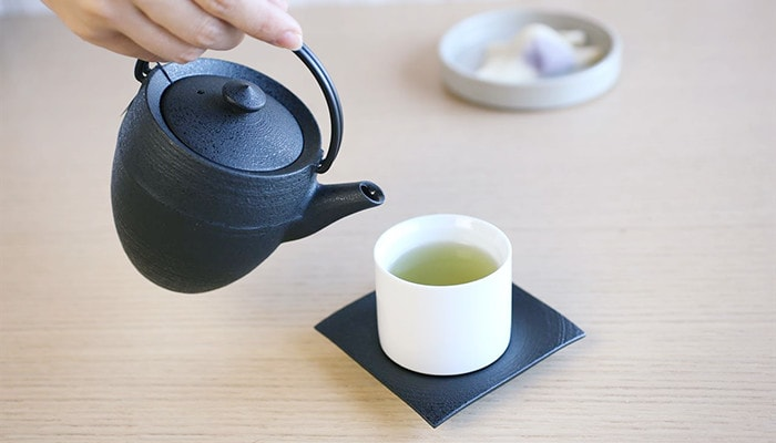 Make Japanese green tea with teapot