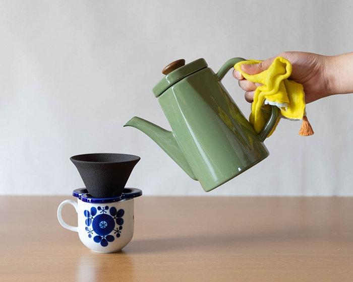 野田琺瑯のアンビで、コーヒーを淹れている様子