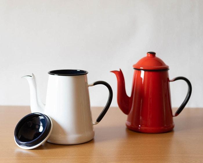 蓋を外した野田琺瑯のコーヒーポット、ランブルポット
