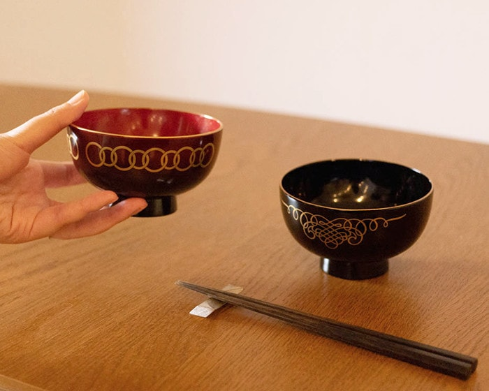 A woman has Ebi lacquer bowl WAN from amabro