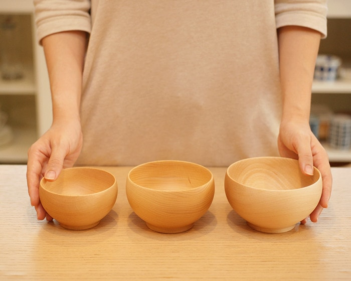 3 sizes of Meibokuwan and a woman touches bowls on both sides