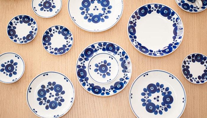 白山陶器のブルームシリーズの食器が並んでいる