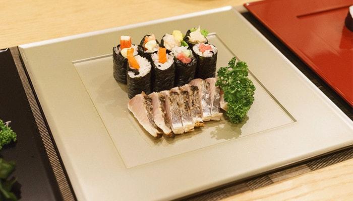 敷膳プレートにお刺身やお寿司が盛り付けてある