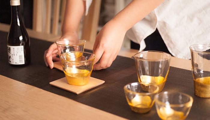 テーブルに箔一の貫入シリーズのグラスが並んでいる