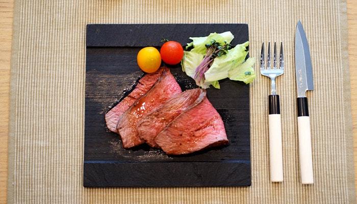 スタジオガラのSUZURIにローストビーフと野菜が乗っている