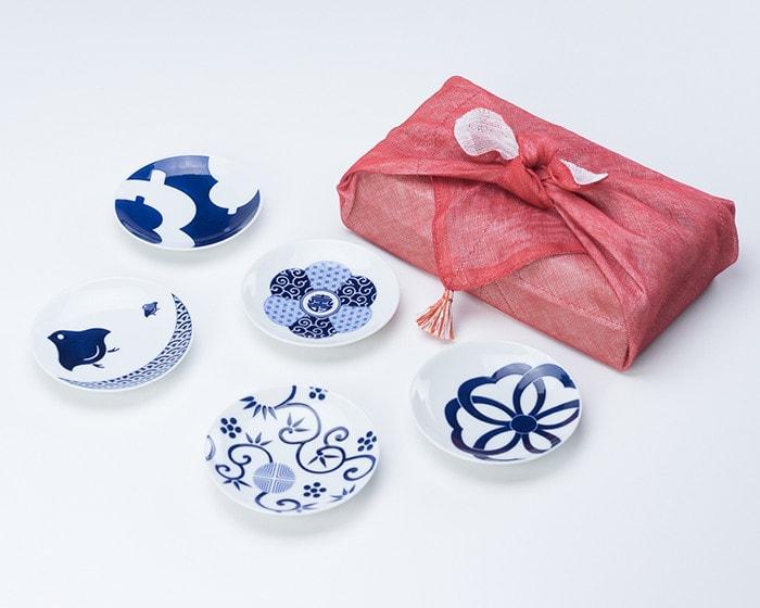 東屋のそば猪口をカップに、小皿をコースターに、豆皿には銘々皿として使用している