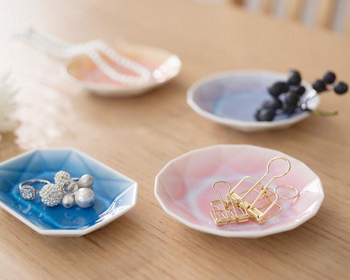 お菓子の乗ったKIHARAの豆皿が3枚と、お茶の入ったコップが2つ置いてある