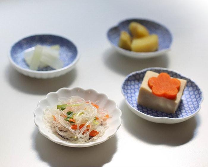 テーブルにランダムに並んだKIHARAの豆皿や取り皿