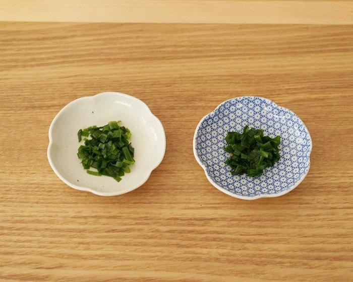 東屋の印判豆皿と土灰豆皿がお盆の上に並んでいる