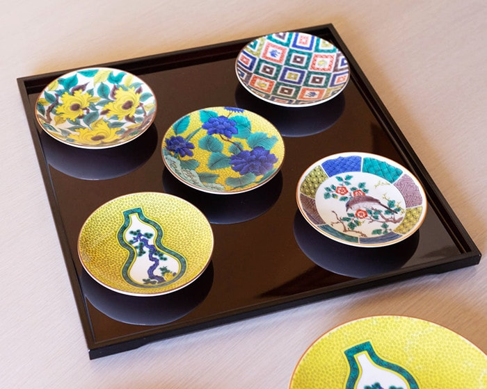 東屋の印判小皿と能作の箸置き月