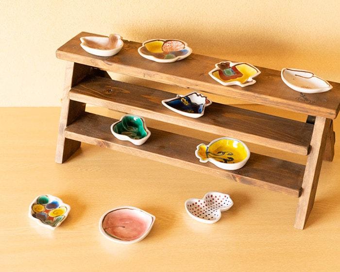 アクセサリーなどの小物がのったKIHARA KOMONの豆皿がテーブルに並んでいる