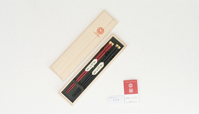 Kirara chopsticks set within its exclusive paulownia box