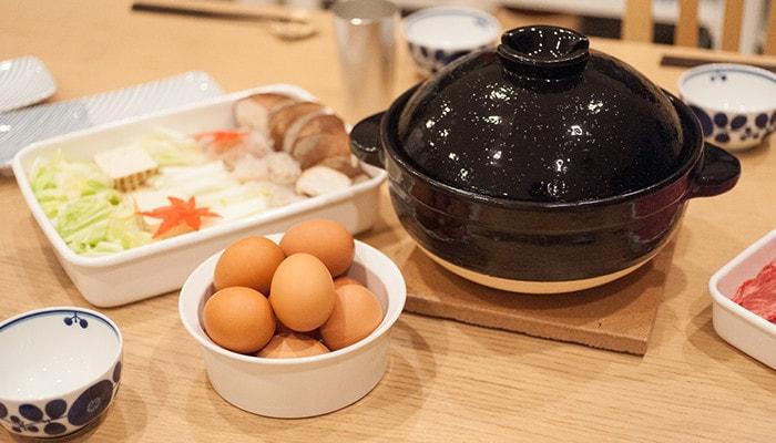 土鍋のかまどさんと、鍋の具材が乗ったお皿など