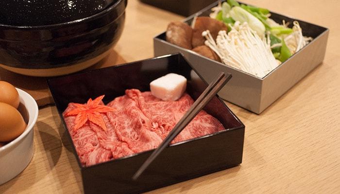 日本デザインストアのオリジナルお重にお肉や野菜の入っている