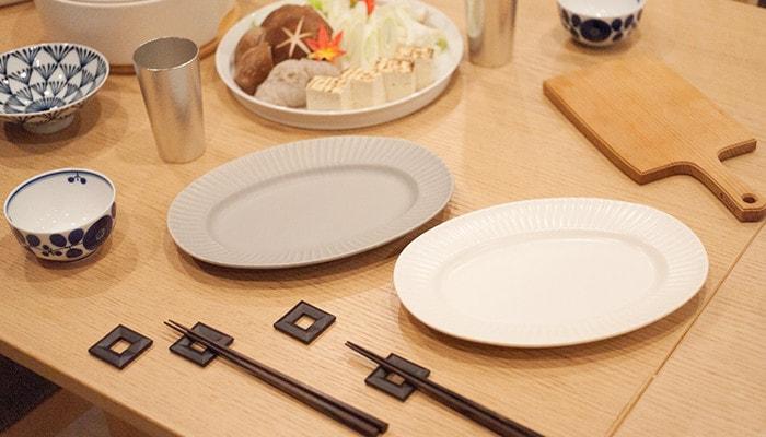 オーバルプレートと箸置きがセッティングされたテーブル