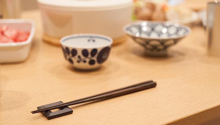 テーブルにセットされた箸と鋳心ノ工房の箸置き
