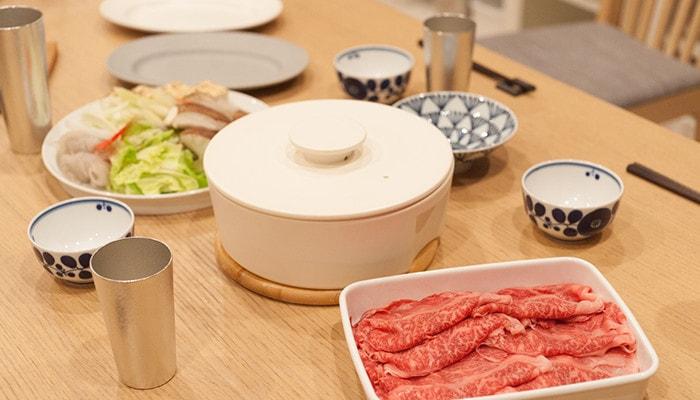 do-nabeホワイトなど、鍋パーティーの準備がされたテーブルの様子
