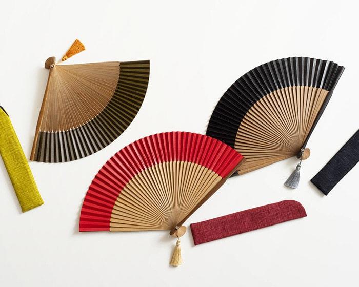 緑・黒・赤のWDH京扇子と扇子袋が並んでいる