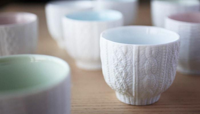 ランダムに並んだトレスフェイスのカップのうち、白のニットのカップのアップ