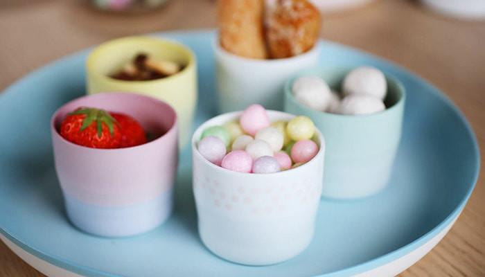 1616/arita japanのエスプレッソカップにお菓子が盛り付けられているのが5つ、丸いお皿の上に並んでいる