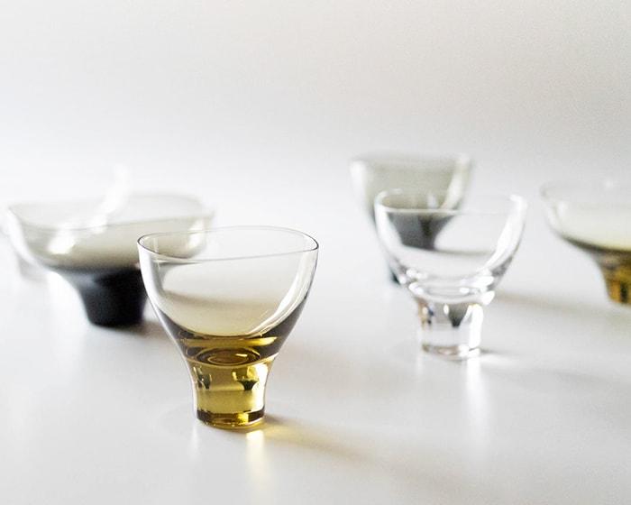 木村硝子店のうすはりグラスやうつわでテーブルセッティングしている様子