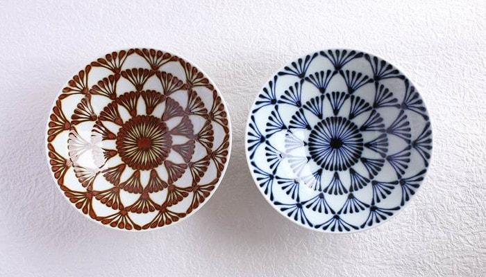 白山陶器の平茶碗の民芸調ブラウンとネイビーのセット