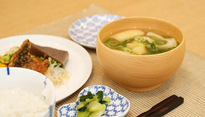 食事の中のお味噌汁の入っためいぼく椀のアップ