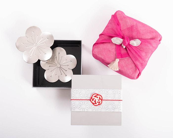 香り高く咲く新時代にふさわしい、上品な梅グッズでワンランク上のおしゃれを楽しんでみませんか? 令和を祝うおしゃれな梅グッズは、大切な方への記念日のプレゼント