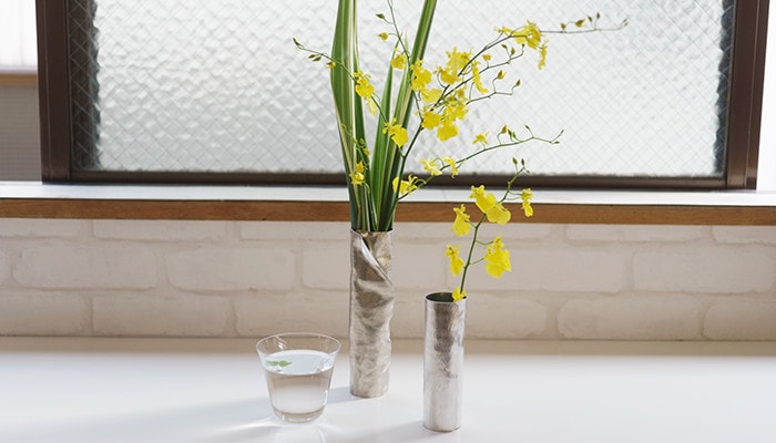 2 suzugami flower vase sets and a glass of water
