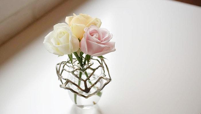能作のKAGOで作った一輪挿しにバラが活けてある