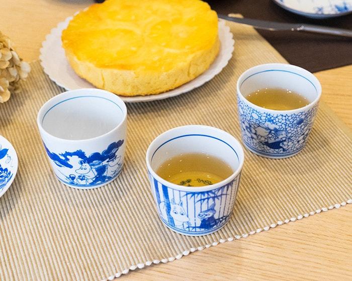 お茶の入ったムーミンの蕎麦ちょこがテーブルに並んでいる