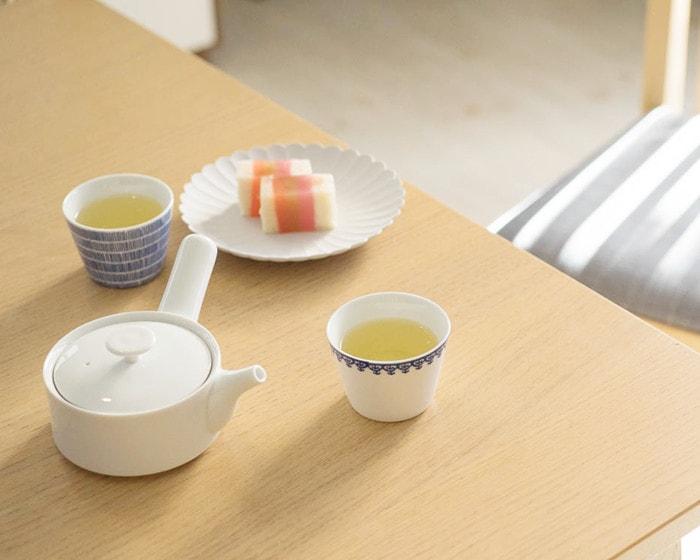 テーブルに和菓子やお茶セット、急須が並んでいる