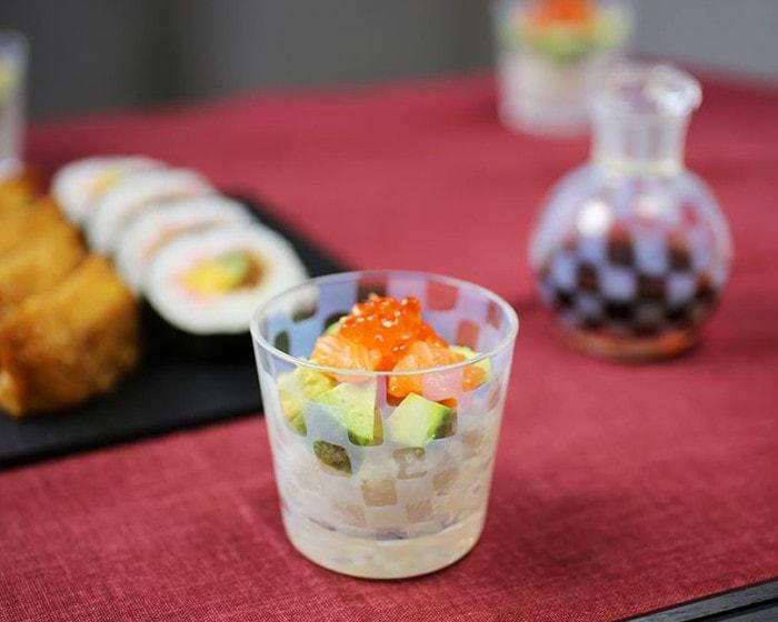 お寿司が盛り付けられた廣田硝子店の蕎麦猪口