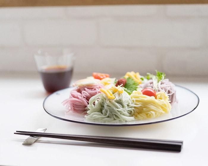 五色の素麺が盛り付けられたfresco kasumiプレート