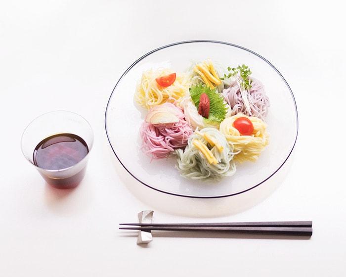 五色の素麺が盛り付けられたkasumiプレートとめんつゆの入った木村硝子店のベッロ