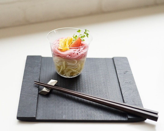 SUZURIの上に素麺が盛り付けられた木村硝子店のベッロが乗っている