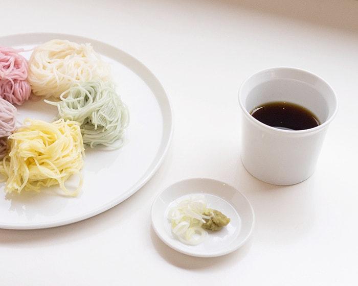 麺つゆの入った1616/arita japanの白いカップと薬味の乗ったTYラウンドプレート