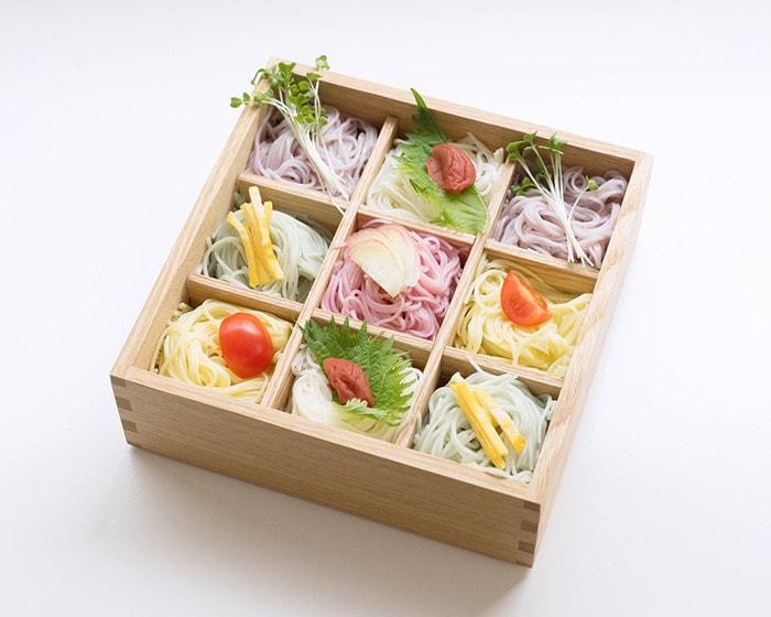 五色の素麺が綺麗に盛り付けられた松屋漆器店の重箱